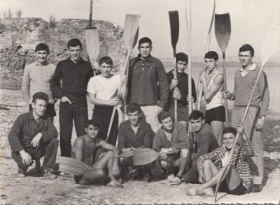 Ekipa KK Zorke na Mačvinoj plaži ispred kluba