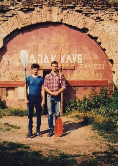 Dejan Lazarević i Aleksandar Savić ispred kluba u tvrđavi, 1985.